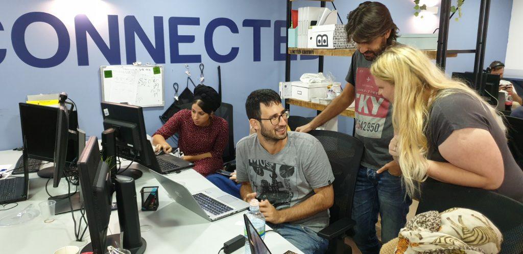 מתכנתים במהלך עבודה בוורקשופ AWS